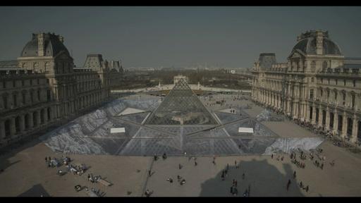 動画:ルーブル美術館のピラミッド、完成30年記念に変身