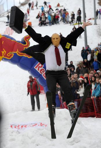 仮装で冷水にドボン!ベラルーシのお笑いスキー大会