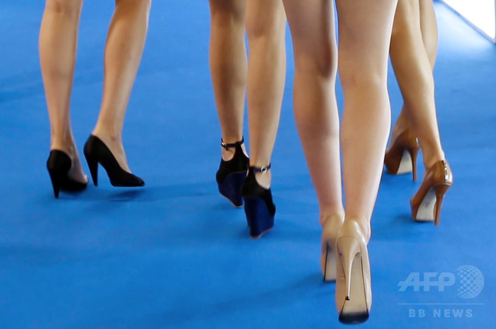 職場の女性の「ドレスコード」はハイヒールと化粧? 英報告書