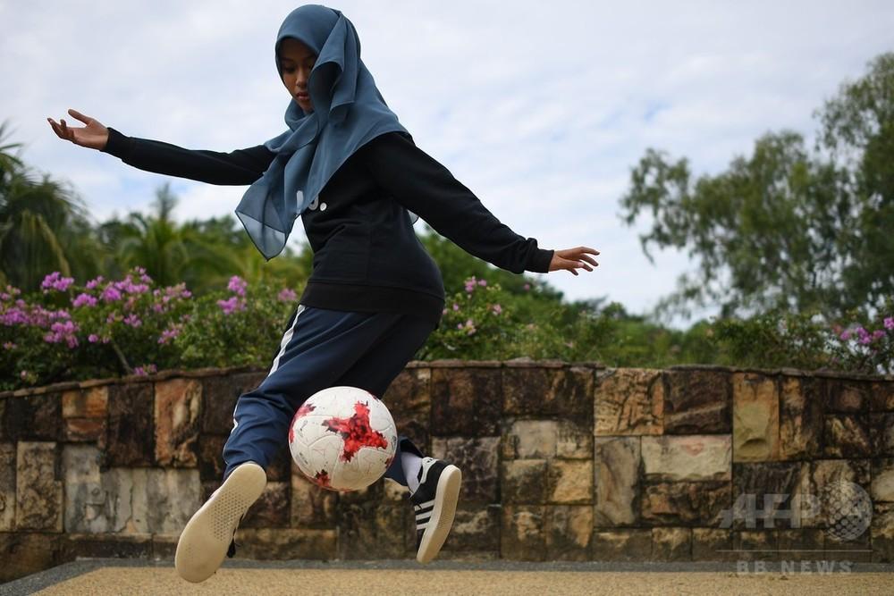 頭にスカーフ、巧みなサッカーボールさばき マレーシア少女に注目