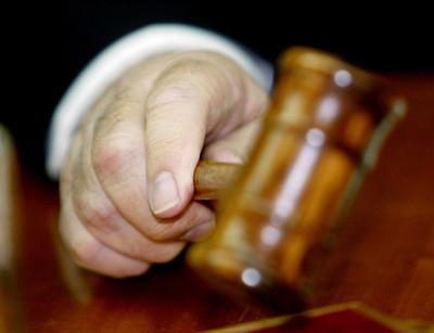 葬儀場に侵入し遺体と性行為、23歳の男に禁錮6年 英