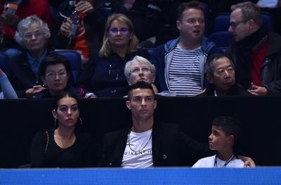 C・ロナウドがテニス観戦、家族に飛んできたボールを好セーブ!?