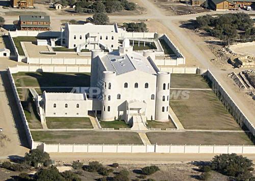 米テキサスの一夫多妻制教団施設、「初夜」のためのベッドを発見