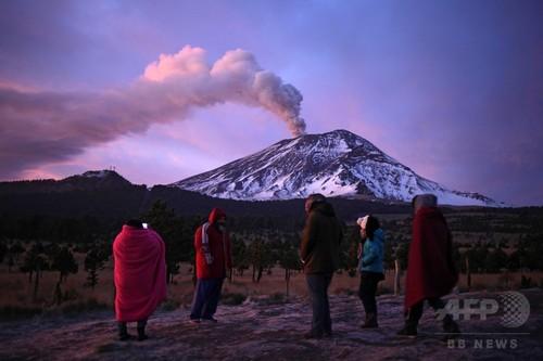 火山灰で空港一時閉鎖 メキシコ