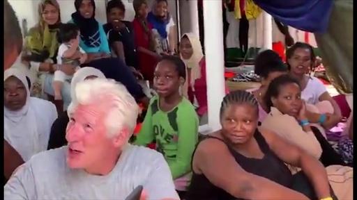 動画:米俳優リチャード・ギアさん、地中海で足止めの移民救助船に差し入れ
