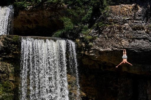 勇気振り絞って…滝つぼにダイブ! コソボで高飛び込み大会
