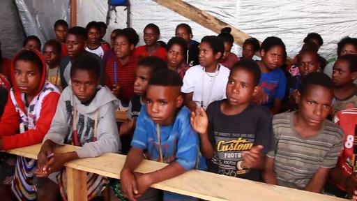 動画:子ども数百人が戦闘逃れ避難か、インドネシア・パプア州