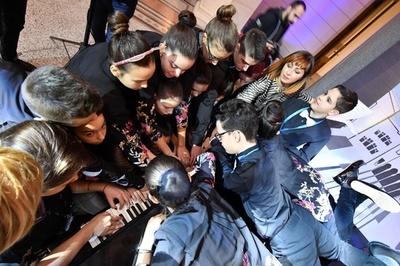 20人でピアノ連弾に成功、世界新記録 ボスニア分裂に平和メッセージ