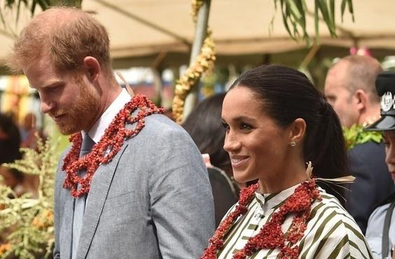 ヘンリー英王子とメーガン妃、トンガでおそろいのスカート姿披露