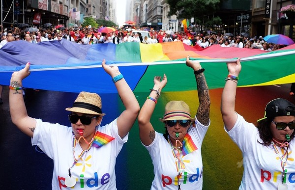 NYで「ゲイ・プライドマーチ」、最高裁の同性婚合法判断祝う