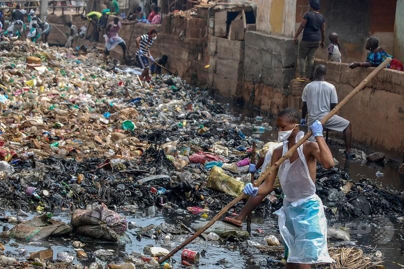 国民総出で清掃、シエラレオネで...