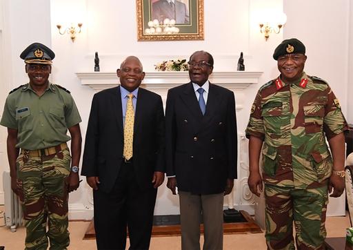 ムガベ大統領、退陣を拒否 ジンバブエ首都で軍将校と会合