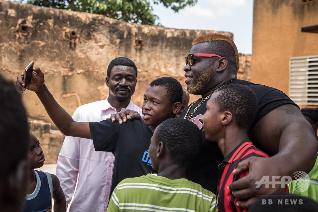 いじめられっ子から国民的スターへ、「世界最強」に挑むブルキナの青年