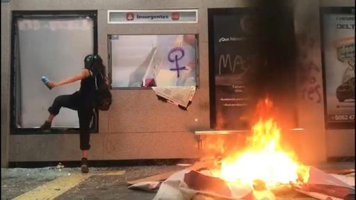 動画:警官の少女レイプに抗議するデモ隊が暴徒化、バス停を破壊 メキシコ