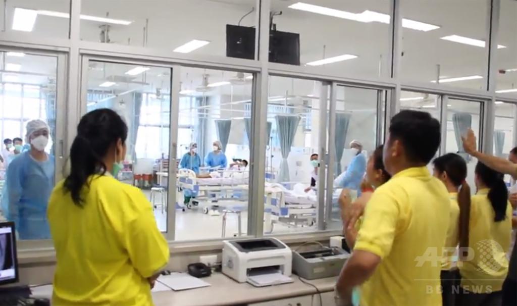 タイ洞窟から生還、少年らの映像公開 病院で元気な姿