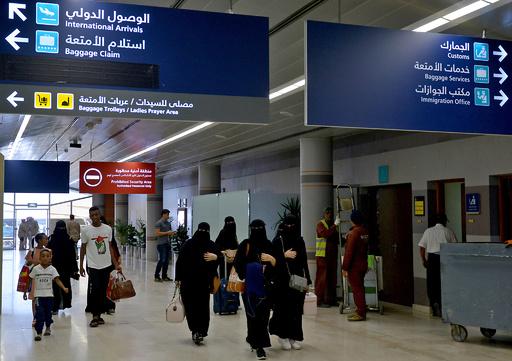 サウジ女性、男性後見人の許可不要で国外旅行可能に 規制緩和の適用開始