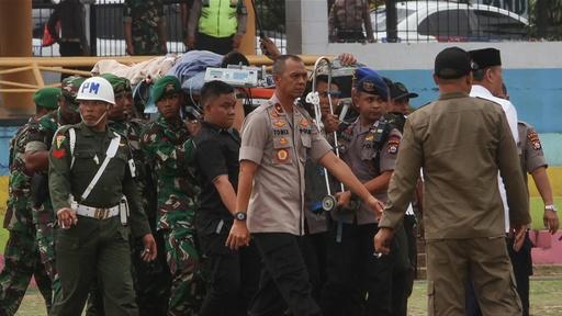 動画:インドネシア治安担当相、刺される 襲撃犯はISに感化された過激派か 搬送時の映像