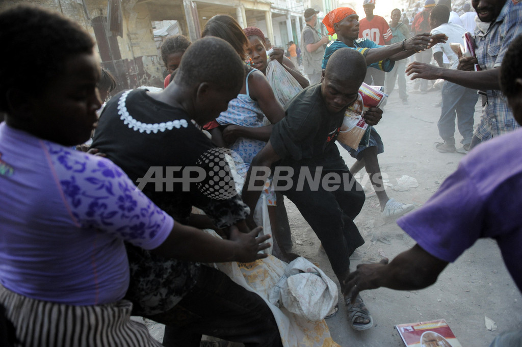 ハイチ大地震死者17万人に、略奪が横行