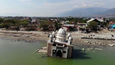 動画:スラウェシ島地震、給油所に長蛇の列 津波で水上モスクも岸に