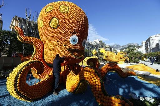 「南仏レモン祭り」開幕 巨大オブジェがずらり