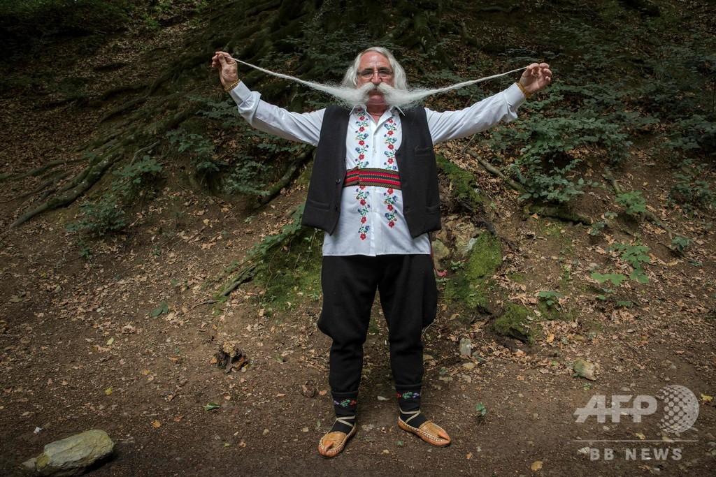 びよーんと伸びるひげが自慢、セルビア「長ひげ選手権」