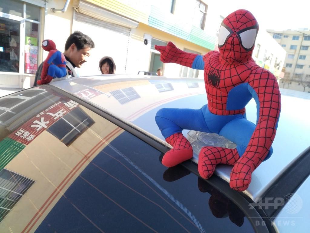 車の上にスパイダーマンを飾るのは「違法行為」 中国・山東省警察