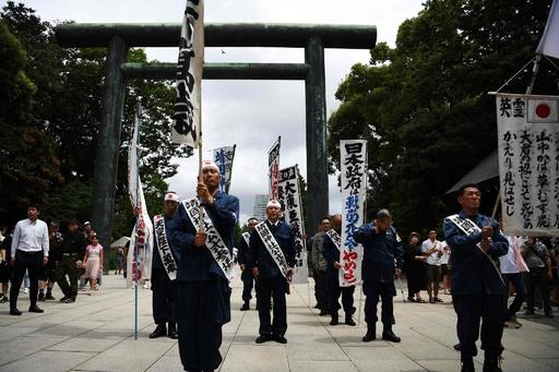 終戦から74年、靖国神社で参拝する人々