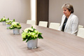 英首相のブレグジット交渉での「ぼっち」写真、ネットで物笑いの種に