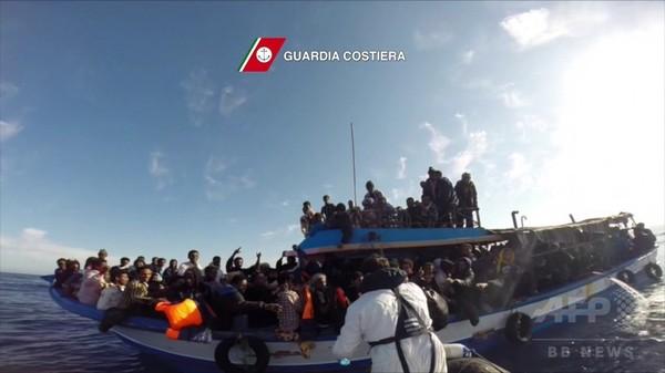 難民船転覆で9人死亡、3日間で5600人救助 イタリア沖