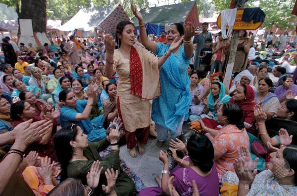 踊るドクター!? 「診療せず浮かれ騒ぎ」と苦情 インド