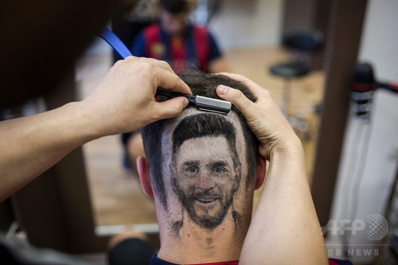 W杯に向けた最旬は「ヘアタトゥー」? 頭にメッシの顔描くセルビアの理髪師