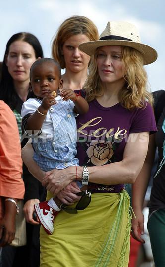 マラウイ高裁、マドンナに養子の「恒久的養育権」認める