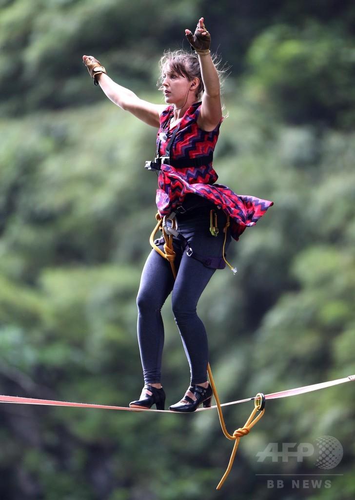 極限の綱渡りはハイヒールで 高さ1300メートル、湖南