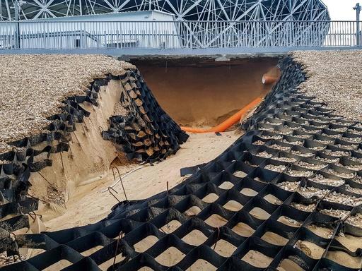 ロシアW杯開催のスタジアムに浸水被害、周辺では土手が崩落