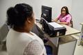 小さなしこりも触知、目の不自由な女性が行う乳がん検診 コロンビア