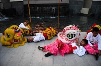 【今日の1枚】春節で獅子も忙しいから、「中の人」休憩中 バンコク