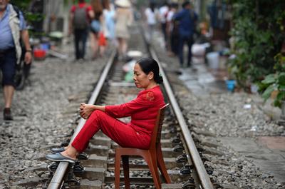 【今日の1枚】電車は通るの? ハノイの住宅地抜ける線路