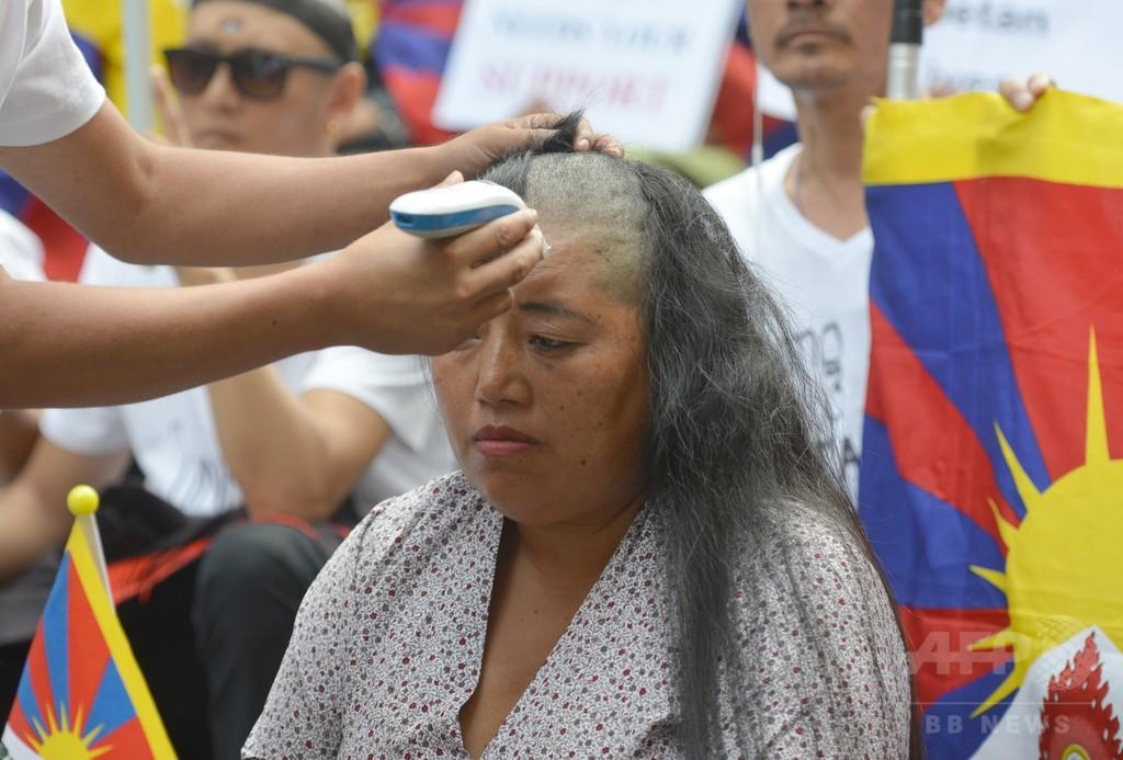 豪シドニー在住のチベット人、髪をそって焼身自殺者を追悼