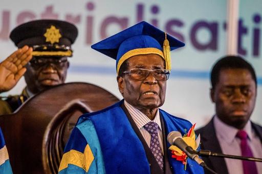 ジンバブエ大統領、 政変後初めて姿見せる 大学卒業式に出席
