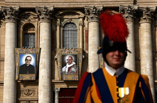 バチカンで列聖式、パウロ6世と中米で暗殺された大司教が聖人に