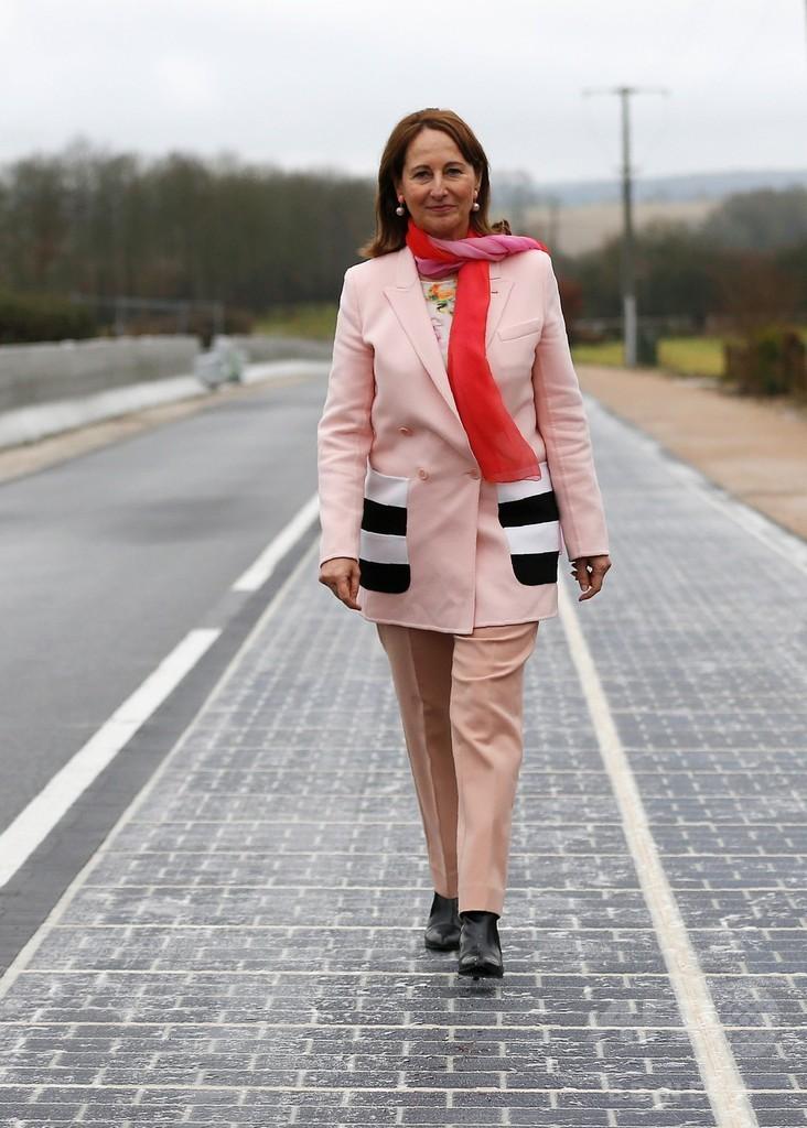 世界初のソーラーパネル道路、フランスの町で開通