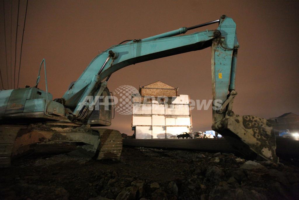 ネットで話題の「道路の真ん中に建つ家」、ついに解体 中国