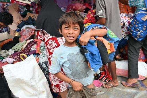 インドネシア津波、避難所では必需品足りず 死者数は429人に