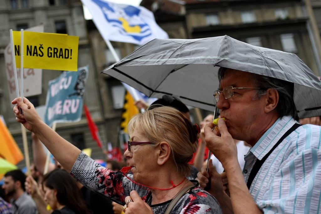 文化地区の再開発に反対、数千人が抗議デモ セルビア首都
