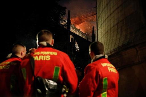 ノートルダム大聖堂火災、消防隊員ら貴重な文化財守る