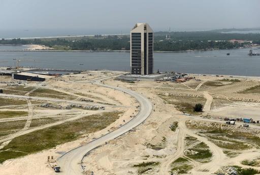 海岸浸食と闘うナイジェリアの商都ラゴス、周辺地域に「負の影響」も