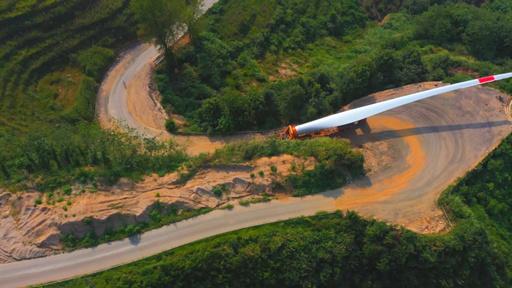 動画:慎重に、慎重に…59m超の風力発電機の翼、山岳道路を行く