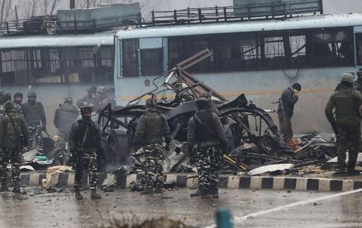 カシミールで自爆攻撃、インド治安要員37人死亡