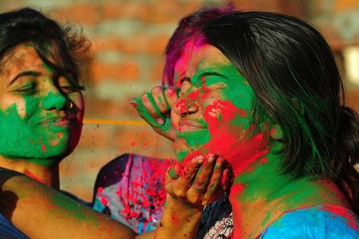 春を祝うヒンズー教の祭典「ホーリー」、宙に舞う色鮮やかな粉