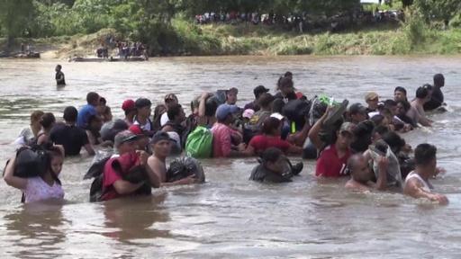 動画:米国目指す移民たち、グアテマラ・メキシコ国境の川渡る